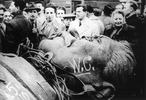 1956_hungarians_stalin_head