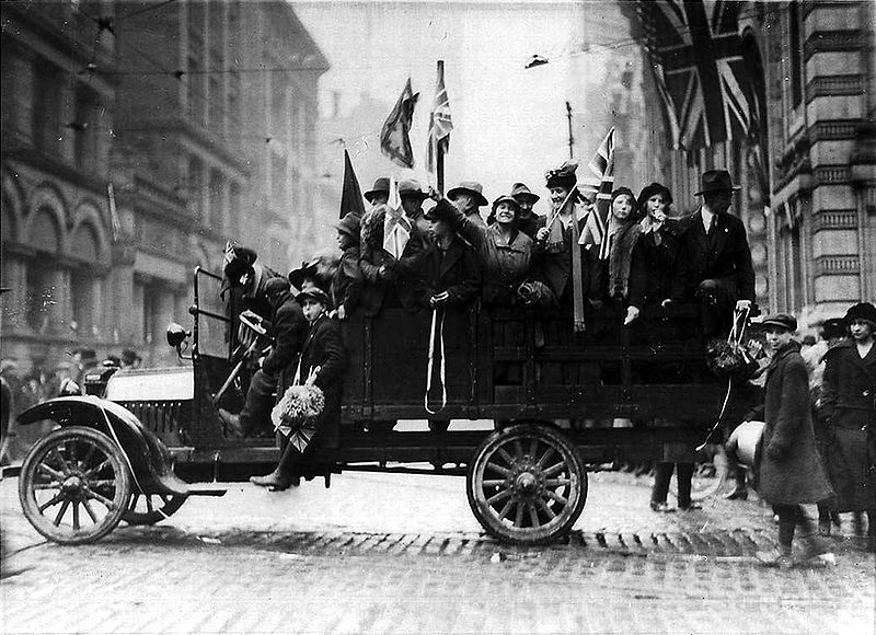 800px-1918Toronto_BayandKing_Armistace_Day