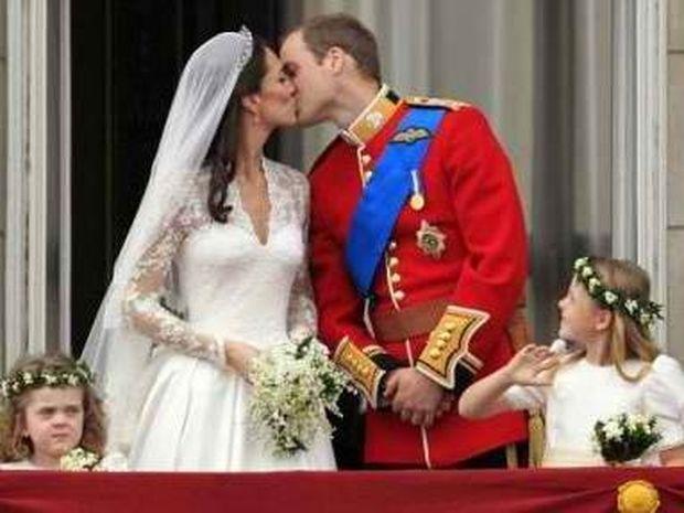 Το φιλί που «σφράγισε» το βασιλικό γάμο