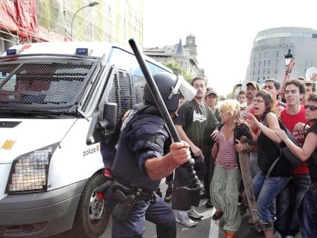 Συγκρούσεις μεταξύ διαδηλωτών και αστυνομικών στη Βαρκελώνη