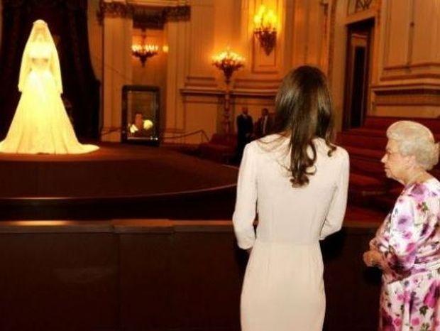 H Catherine θαυμάζει το νυφικό της μαζί με την Βασίλισσα