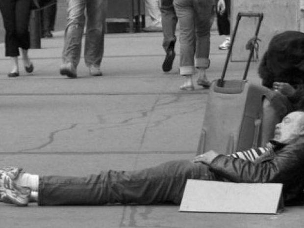 Σοκ: Άστεγος ο αδελφός πασίγνωστης τραγουδίστριας