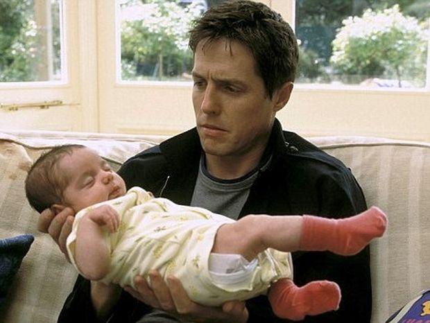Ο Hugh Grant με άλλη κάνει το παιδί και με άλλη βγαίνει