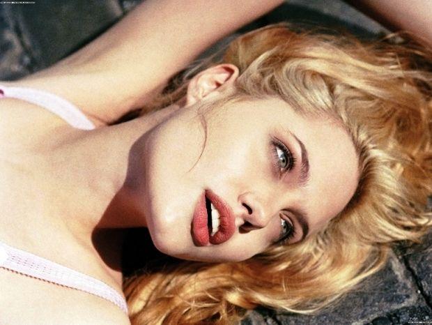 Εξωπραγματική ομορφιά: Ο μύθος της Angelina Jolie λάμπει στον λόφο του Hollywood