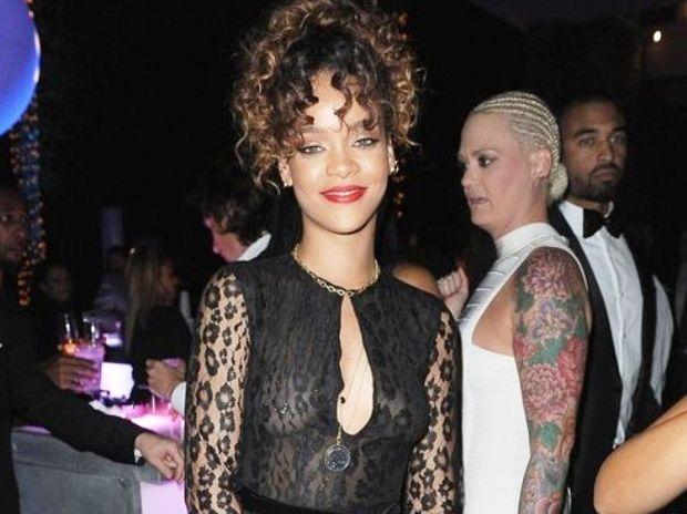 H Rihanna εμφανίστηκε με σκουλαρίκι στο στήθος