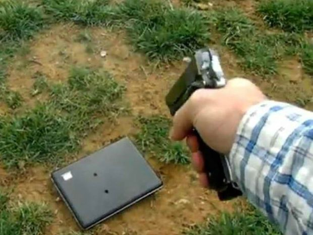 VIDEO: Γάζωσε με όπλο το laptop της κόρης του επειδή τον έβρισε στο Facebook!
