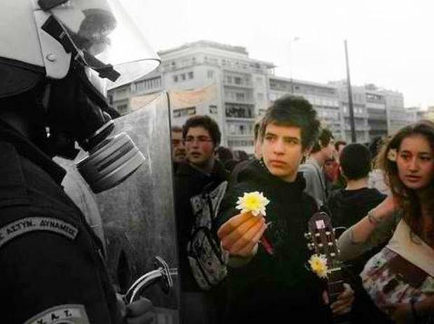 Ο μαθητής, το λουλούδι και ο αστυνομικός που κάνουν το γύρο του διαδικτύου