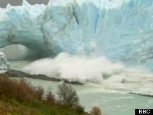 Θεαματική κατάρρευση τεράστιου παγόβουνου on camera!