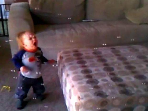 Μωρό βλέπει για πρώτη φορά στη ζωή του σαπουνόφουσκες!