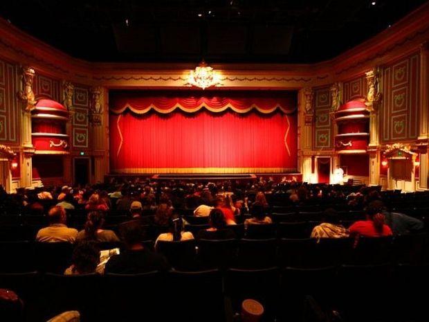 Θεατρικές... παραστάσεις στο χορτάρι (vds)
