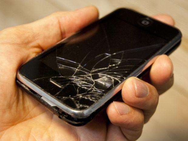 Πώς να προστατέψετε το κινητό σας από χτύπημα με σφυρί!
