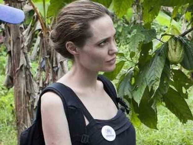 Η Angelina Jolie μισεί το δαχτυλίδι των αρραβώνων της;