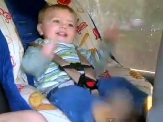 Αστείο βίντεο: Μπόμπιρας «κοπανιέται» στον χορό!