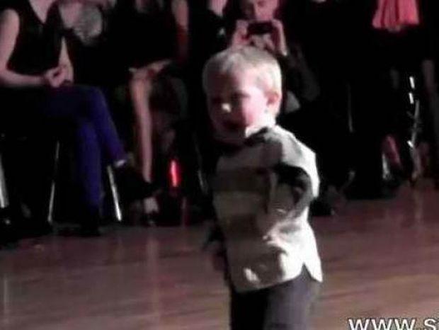 Σκίζει ο 2χρονος χορευτής!