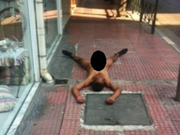 ΣΟΚ: Γυμνός στο κέντρο της Αθήνας!