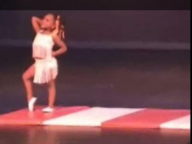 Πιτσιρίκα χορεύει σε σχολική παράσταση και ξετρελαίνει!