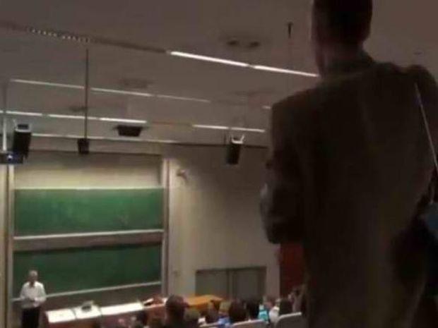 Τσέχος φοιτητής «σκάει» στο μάθημα με γραφομηχανή (video)