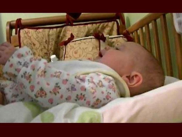 Βίντεο: Mωρό πέντε μηνών τραγουδά!