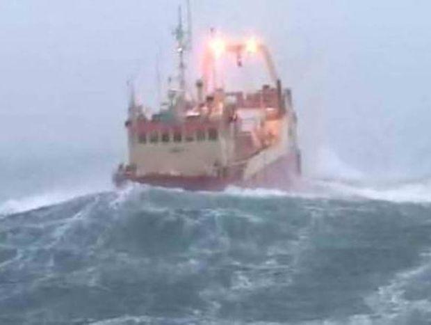 Δείτε το πλοίο που χάνεται στα κύματα (video)