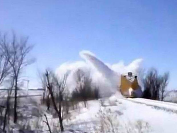 Απίστευτο! Δείτε το τρένο... παγοθραυστικό! (video)