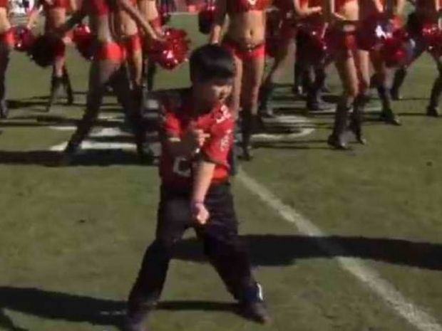 Ο μικρός χορευτής που... τρελαίνει τις cheerleaders (video)