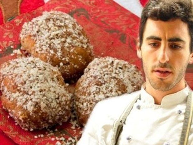 Ο Γιάννης Αποστολάκης φτιάχνει υπέροχα μελομακάρονα με μανταρίνι