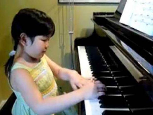 Μοναδικό βίντεο: Ακούστε μια 5χρονη να παίζει πιάνο!