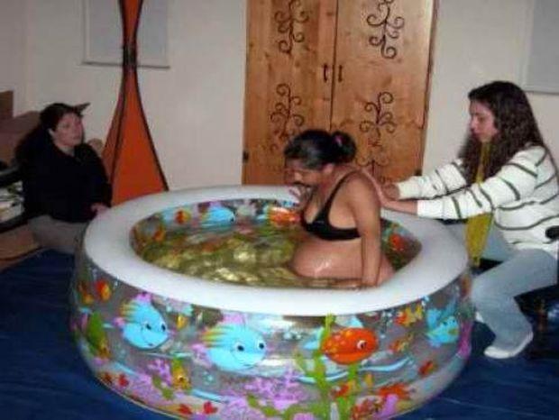 Γέννησε στη μέση του σαλονιού της σε πλαστική πισίνα!