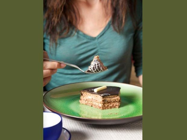 Ένα «στραβό» tip που θα σας βοηθήσει να τρώτε λιγότερο