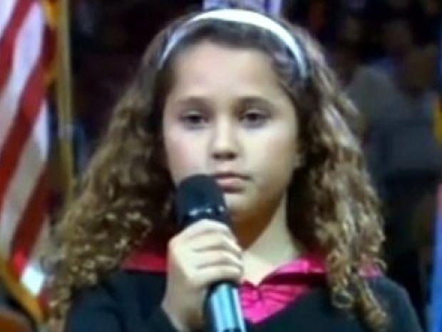 Βίντεο: Μία εννιάχρονη καθηλώνει ένα ολόκληρο γήπεδο μπάσκετ με τη φωνή της!