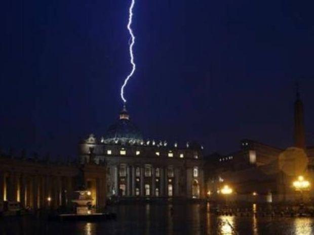 Απίστευτο: Κεραυνός στον Άγιο Πέτρο μετά την παραίτηση του Πάπα!