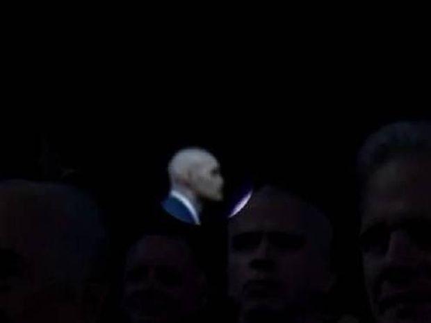 Βίντεο: Σάλος με το περίεργο άτομο με όψη alien στην ομιλία του Ομπάμα