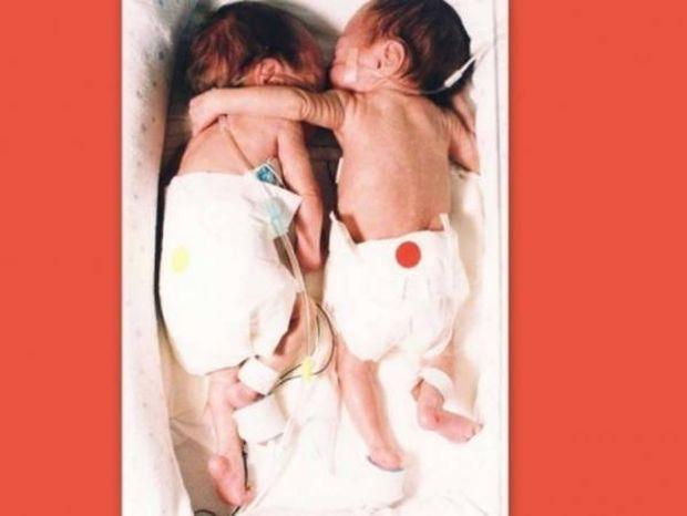 Νεογέννητα κορίτσακια σώθηκαν από μια... αγκαλιά!