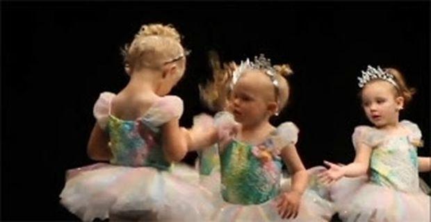 ΑΠΙΘΑΝΟ VIDEO: Μπαλαρίνες 2 ετών πλακώθηκαν στη μέση της παράστασης!