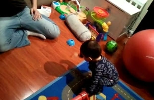 VIDEO: Ο πιτσιρικάς που βλέπει για πρώτη φορά τη σκιά του!