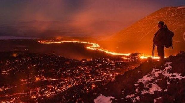 ΔΕΙΤΕ: Ζευγάρι αποθανάτισε ηφαίστειο την ώρα της έκρηξης