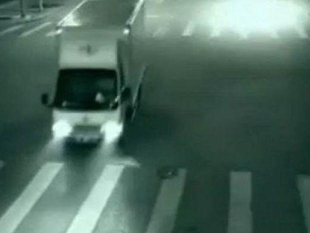 Το βίντεο με τον «φύλακα άγγελο» που σώζει ποδηλάτη και προκαλεί σάλο