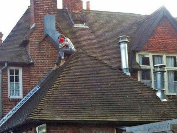 Κοίταξαν στην οροφή του ξενοδοχείου και έπαθαν ΣΟΚ με αυτό που είδαν!