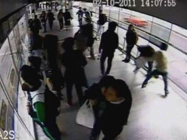 ΑΠΙΣΤΕΥΤΟ: Κλέφτης αρπάζει κινητό κοπέλας και τον πατάει λεωφορείο
