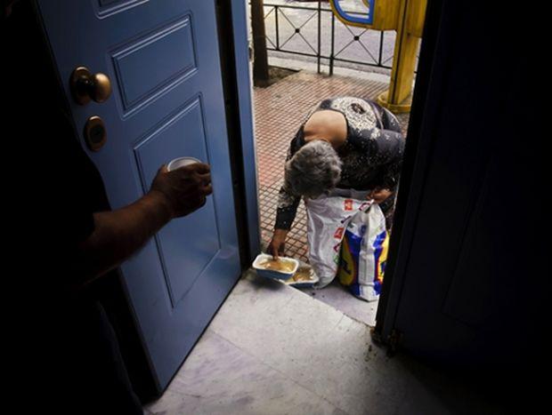 ΔΕΙΤΕ: Ένα συγκλονιστικό φωτογραφικό αφιέρωμα στην Αθήνα της κρίσης!