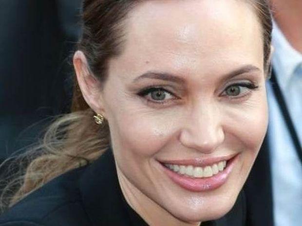 Jolie: Δείτε την, στα 16 της, να κάνει τα πρώτα της βήματα