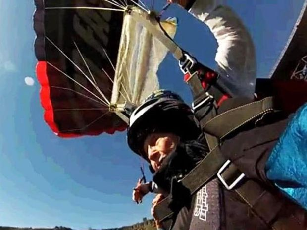 VIDEO: Ατρόμητη γιαγιά έκανε bungee jumping στα 102 της!