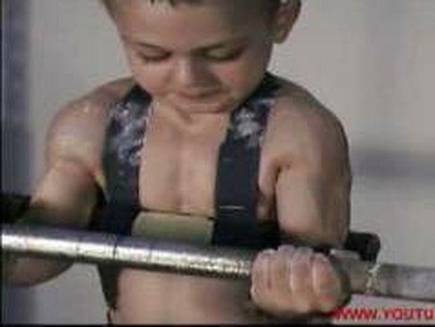 VIDEO: Tο δυνατότερο παιδί του κόσμου