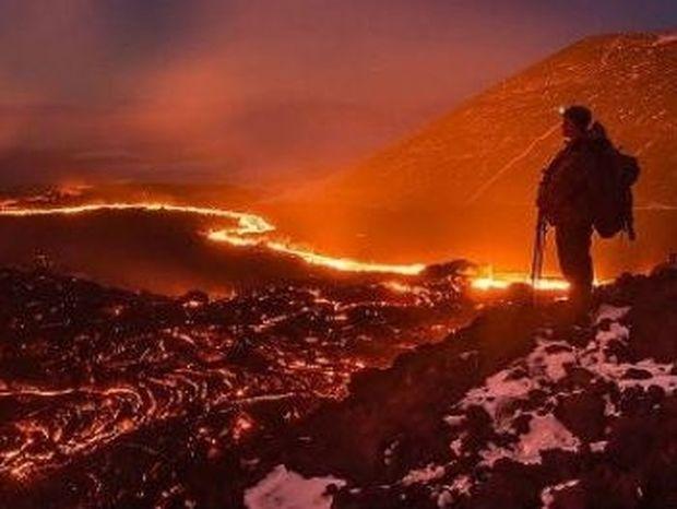VIDEO: Περπατά πάνω σε λάβα μετά από έκρηξη ηφαιστείου