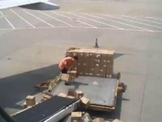 Το βίντεο που σαρώνει: Ο χειρότερος υπάλληλος του κόσμου!
