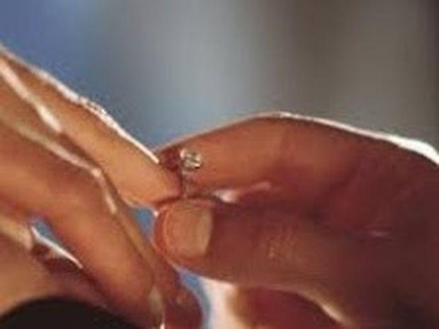 ΔEITE: Πού έκρυψε το δαχτυλίδι όταν της ζήτησε να τον παντρευτεί;