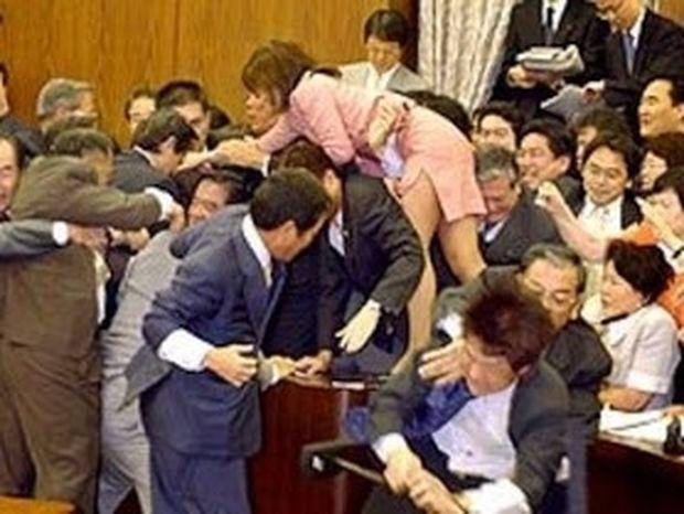 ΑΠΙΣΤΕΥΤΟ VIDEO: Άγριο ξύλο στο κοινοβούλιο.... Βουλευτίνες πιάστηκαν μαλλί με μαλλί