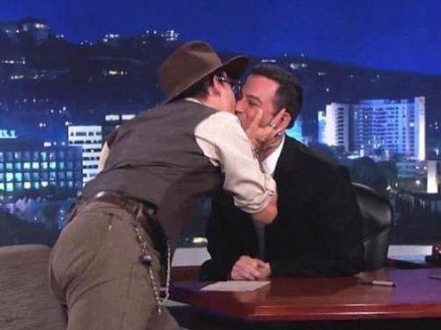 O Johnny Depp, φίλησε στο στόμα τον Jimmy Kimmel!