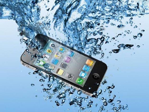 VIDEO: Πως να σώσετε το κινητό σας αν πέσει σε νερό σε ένα λεπτό!
