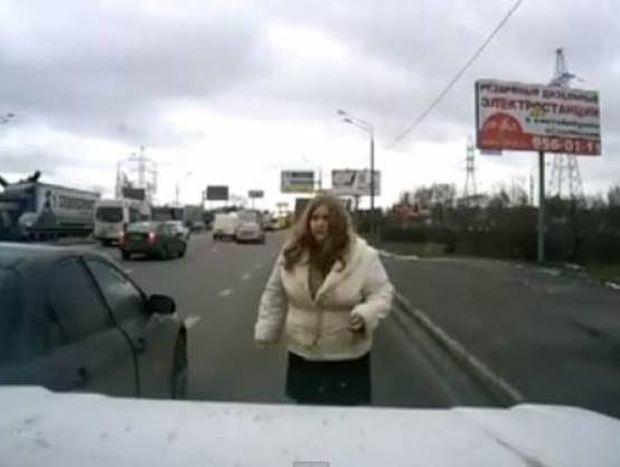 Βίντεο: Όταν η οδηγός τσαντίστηκε…